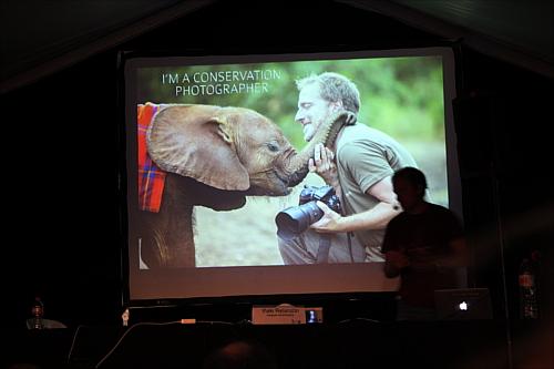 Iñaki Relanzón mostrando su lado conservacionista con un bebé elefante.