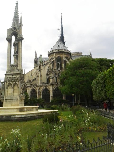 Notre Dame et la Fontaine de la Vierge. Es la parte