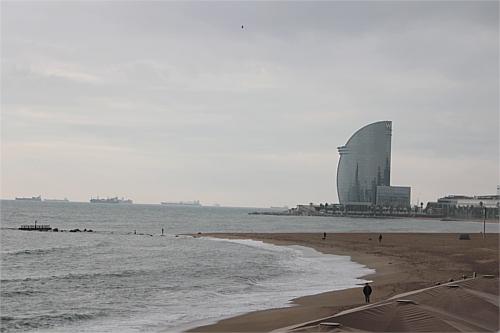 No sería el mejor día de playa, pero qué bien se está en la Barceloneta sin gente.