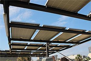 El edificio tiene placas solares en la terraza y en una de las paredes laterales.